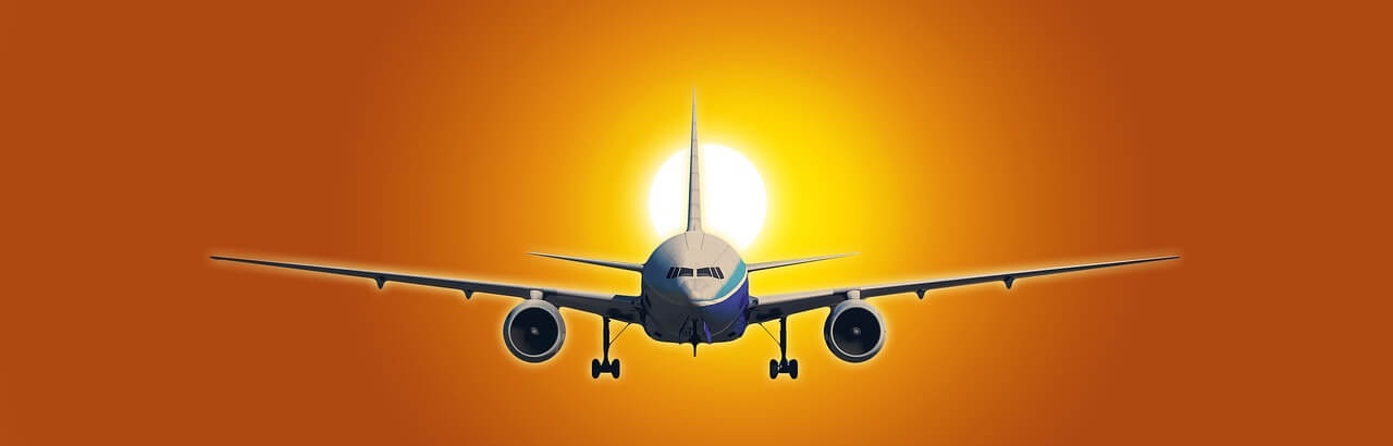 groot vliegtuig zet landing in met zonsondergang