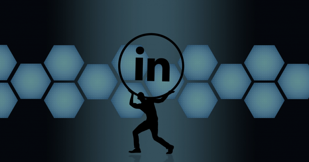 Een poppetje met het LinkedIn logo in een donkere omgeving.