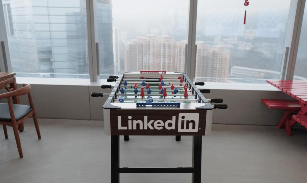 Een tafelvoetbal tafel met het logo van LinkedIn erop.