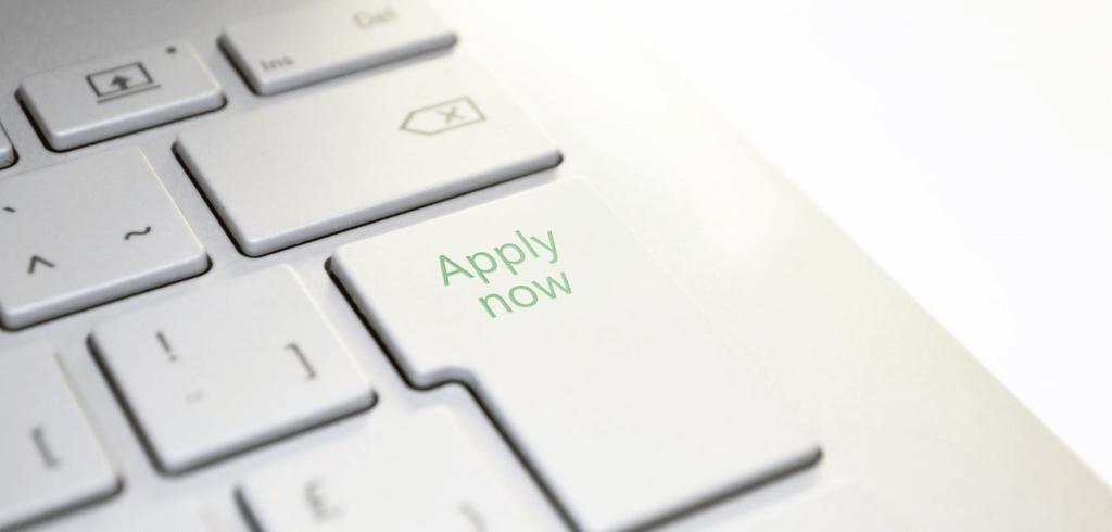 Een knop op het toetsenbord met 'Apply Now' erop.