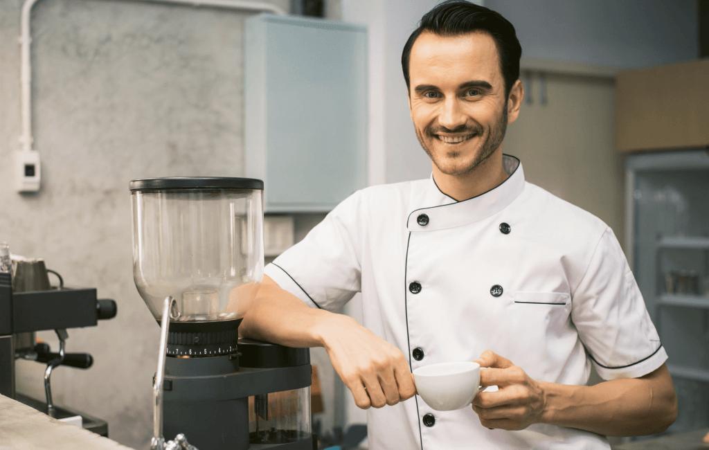 Kantinemedewerker met koffie