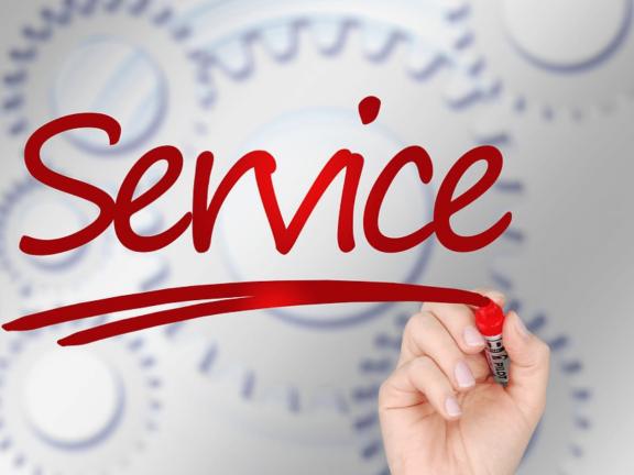 Tandwieltjes en het woord 'Service' geschreven met een rode stift.