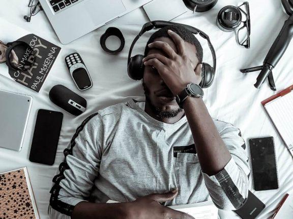 Man omringt door gadgets