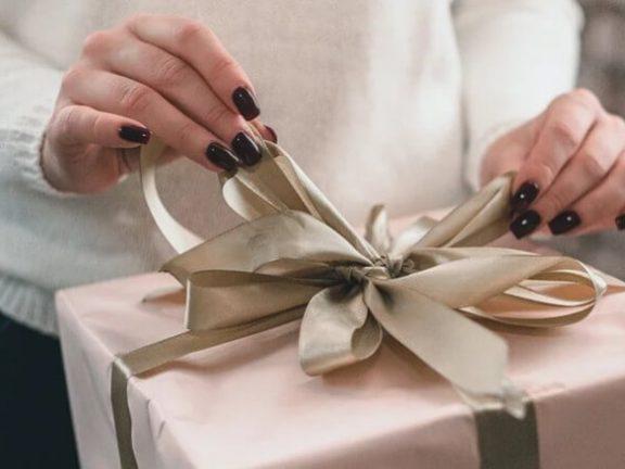 uitpakken van cadeautje met kerst
